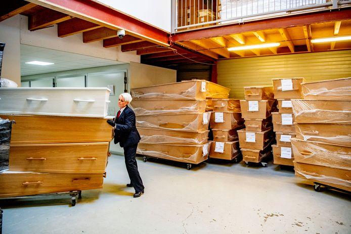 Uitvaartondernemers zijn bang dat ze zonder kisten komen te zitten.