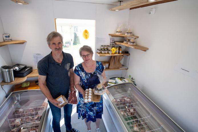 Marisca en John Hutten van de vlees- en zuivelboerderij Suydbroek merken dat vooral de eieren hard gaan.