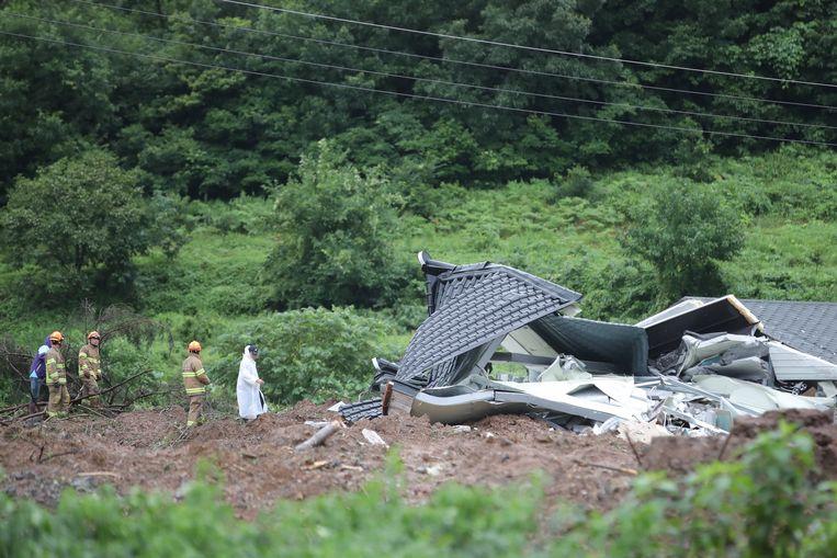 Bij een aardverschuiving na hevige regenval kwamen in Gokseong vier mensen om het leven.