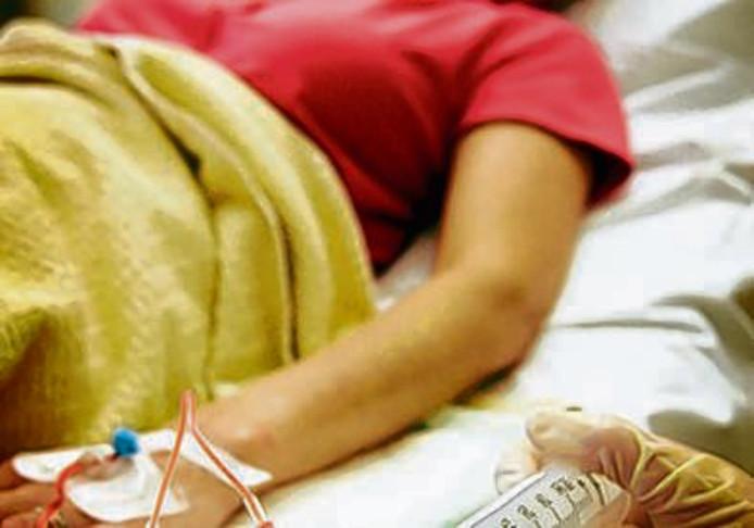 Een patiënt krijgt chemotherapie op de dagbehandeling van het Antoni van Leeuwenhoek Ziekenhuis in Amsterdam.