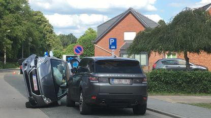 Auto's botsen frontaal tegen elkaar: auto belandt op zijn zij, chauffeur gewond afgevoerd