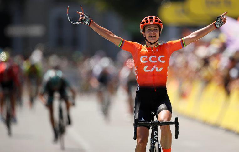 Marianne Vos in bekend beeld: als winnaar over de streep. Dit keer in Pau, tijdens La Course. De regenboogstrepen op haar trui verraden dat ze al eerder wereldkampioen is geworden. Beeld Reuers