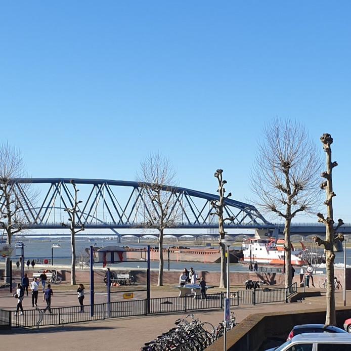 Op de Nijmeegse Waalkade spelen ongeveer 35 jongeren een potje basketbal. 1,5 meter afstand houden ze daarbij niet van elkaar.