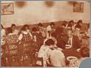 De eetzaal van de jeugdherberg in de Mariënhof in bedrijf (1934).