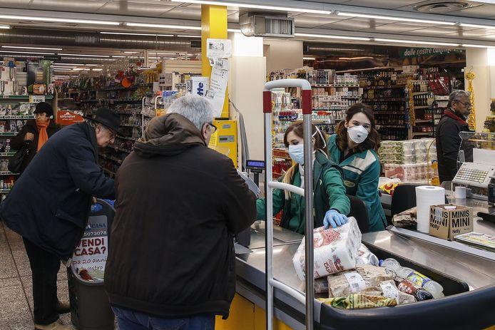 Kassiersters in een supermarkt in Rome werken met mondmaskers.
