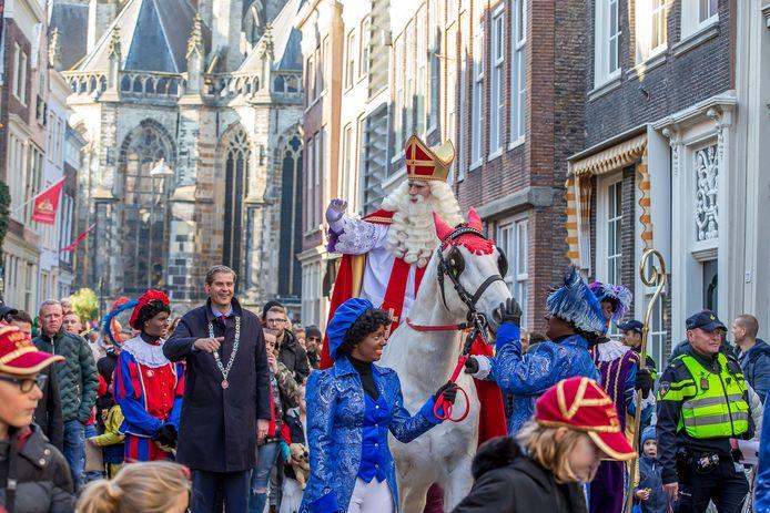 De intocht van Sinterklaas in 2018. Naast de Sint loopt burgemeester Wouter Kolff.
