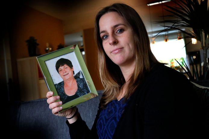 Sanne Hoevenaren-Veens met een foto van haar overleden moeder Ina. ,,Haar strijdkracht was bewonderenswaardig.''