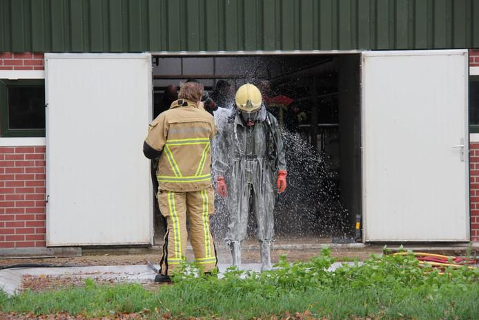 Iel: de brandweerman werd na zijn bezoekje aan de giertank buiten schoon gespoten
