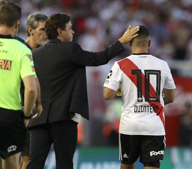 River-trainer Marcelo Gallardo feliciteert zijn doelpuntenmaker.