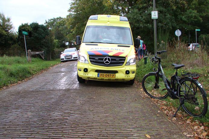 Een man raakte zondagmiddag gewond op de Binnenweg in Ellecom door een valpartij met zijn fiets.