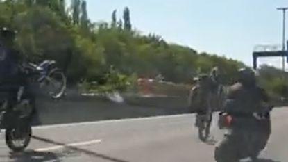 VIDEO. Hallucinante beelden: motorrijders dopen Antwerpse Ring om tot stuntbaan