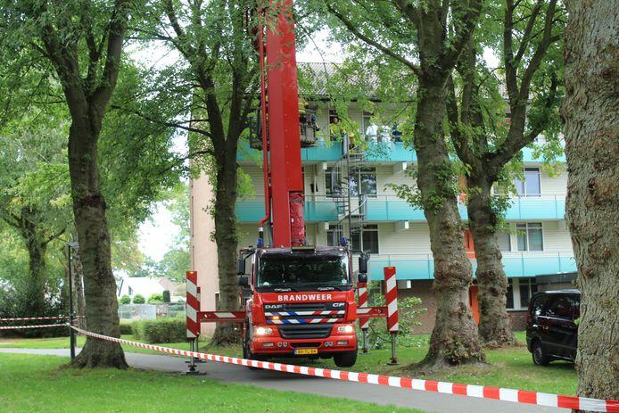 De brandweer moest stukken boom wegzagen om het lichaam met de hoogwerker uit het appartement te krijgen.