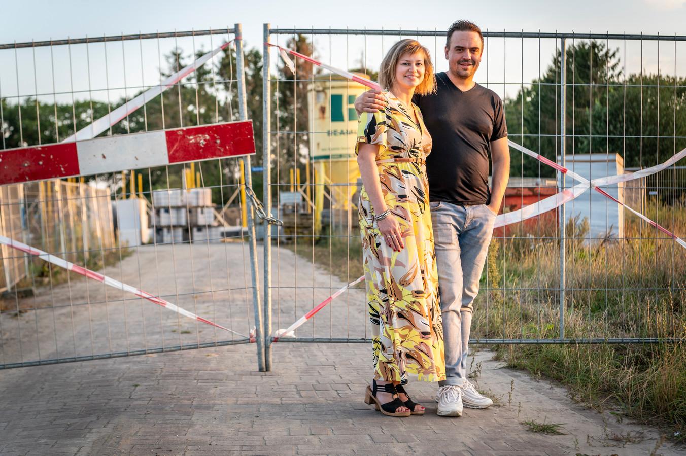 Flip en Brenda Jagt, dichtbij de bouwplaats voor hun nieuwe huis, aan het Van de Ven-erf in Heesch.