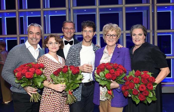 De hoofdrolspelers na afloop met producent Albert Verlinde.