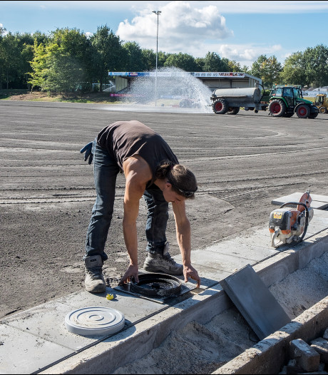 'Waterbassin onder kunstgrasveld oplossing tegen extreme droogte in oosten'