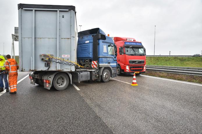 Vrachtwagen geschaard op de A16 richting Breda.