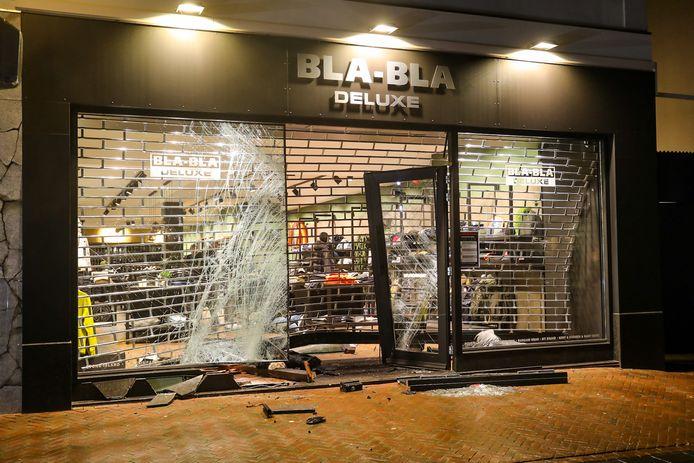 De kledingwinkel raakte vannacht flink beschadigd.