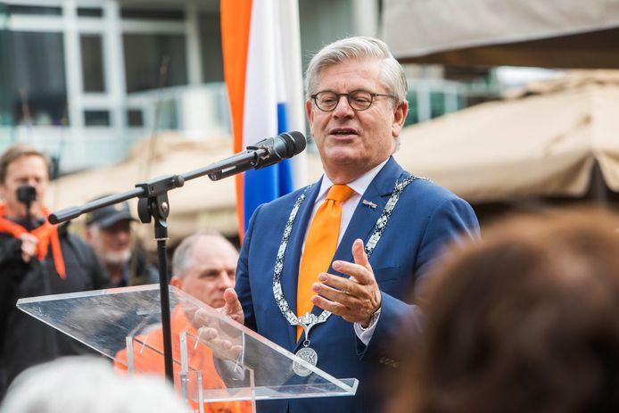 Wie wordt de opvolger van burgemeester Charlie Aptroot?