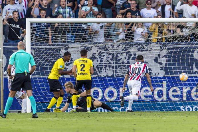 Fran Sol lijkt te scoren voor Willem II, maar raakt de bal met zijn arm. Doelpunt wordt afgekeurd door de VAR.