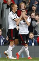 Chris David (r), scorend bij zijn debuut voor Fulham.