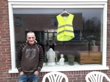 Oisterwijker is te ziek voor de straat, dan maar een geel hesje achter het raam