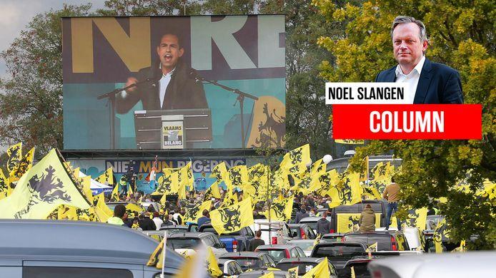 Tom Van Grieken spreekt de menigte toe bij de automanifestatie die partij organiseerde.