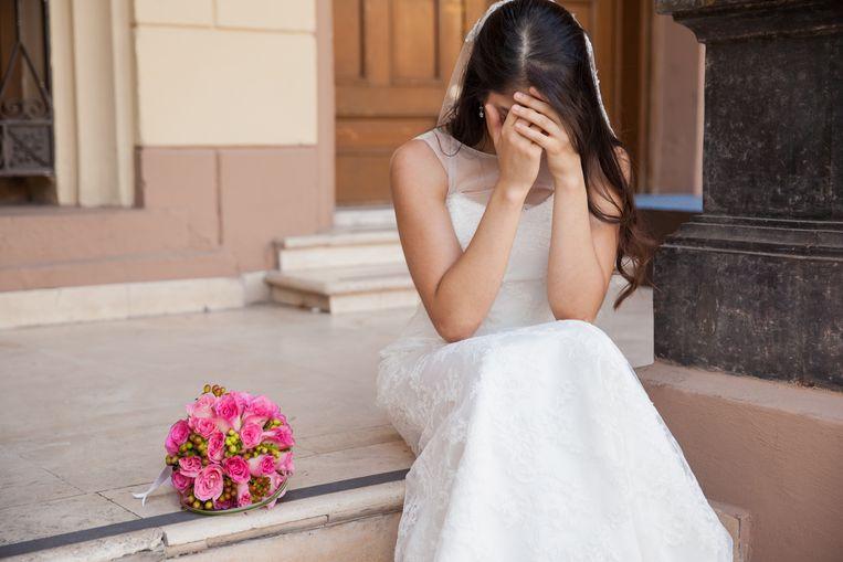 Een illustrartiebeeld van een bruid die werd achtergelaten aan het altaar.