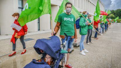 """Helden van de zorg protesteren met mensenketting rond AZ Groeninge: """"Witte lakens worden grijs, politici slapen"""""""