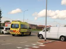 Busje knalt op auto op rotonde in Zeewolde: bestuurder naar het ziekenhuis