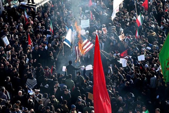 Boze Iraniërs verbranden Amerikaanse en Israëlische vlaggen tijdens de herdenking in Teheran.