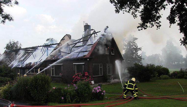 Blikseminslag heeft een woonboerderij aan de kanaaldijk in het Overijsselse Giethoorn volledig in de as gelegd. Beeld Novum