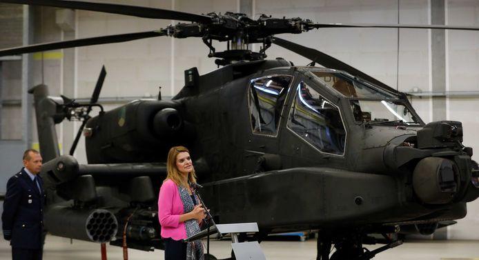 Staatssecretaris van Defensie Barbara Visser bij een bezoek aan vliegbasis Gilze-Rijen. De PvdA wil dat Defensie bij de inzet van simulatoren voor Apache (foto) en Chinook minder gaat vliegen en minder overlast veroorzaken.