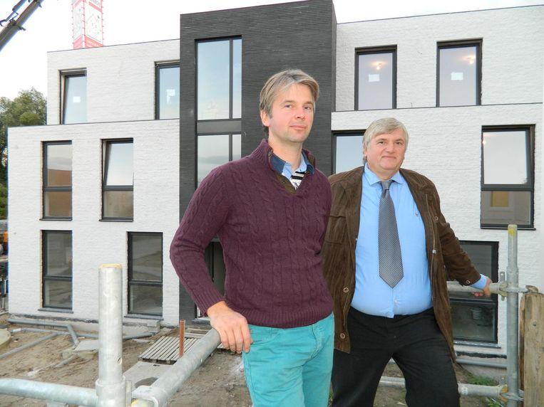 Bjorn en vader Geert Van Tomme voor hun nulenergieflats in de Staalstraat.