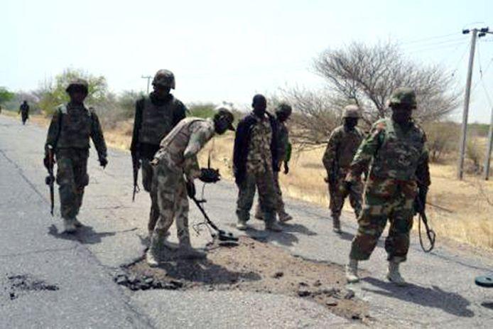 Archiefbeeld. Het Nigeriaanse leger spoort landmijnen op in de buurt van de stad Baga. (2015)