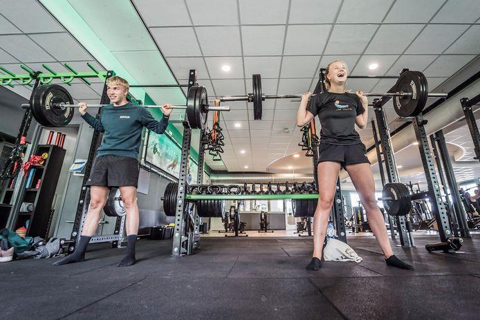 Wester Stienstra en Sytske van der Laan dagen na de opening van de sportschool direct hun spieren uit.