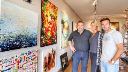 """Vrouw van Gunther Levi stelt schilderijen tentoon: """"Wie weet gaat Jean-Claude Van Damme met één van mijn werken naar huis"""""""