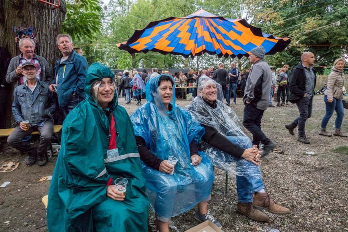 Woodstock @ Roepaen Festival. We stappen ook dit jaar weer in de tijdmachine en toveren de binnenplaats van het klooster om tot een 60's paradijsje. Het festival is een ode aan de muzikale goden van vroeger waarbij muzikanten uit veelal bekende Nederlandse bands in de huid van hún helden kruipen!