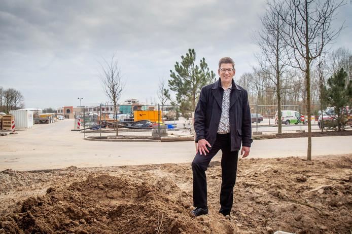 """Alex de Meijer van de Gelderse Natuur en Milieufederatie bij de immense parkeerplaats. ,,Het is precies zo geworden als we zeiden: enorm."""""""