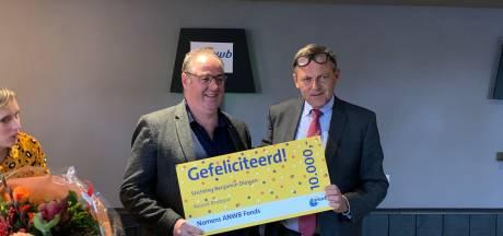 Wooninitiatief Benjamin in Diessen krijgt cheque van ANWB voor rolstoelbus, 'Want mobiel zijn brengt geluk'
