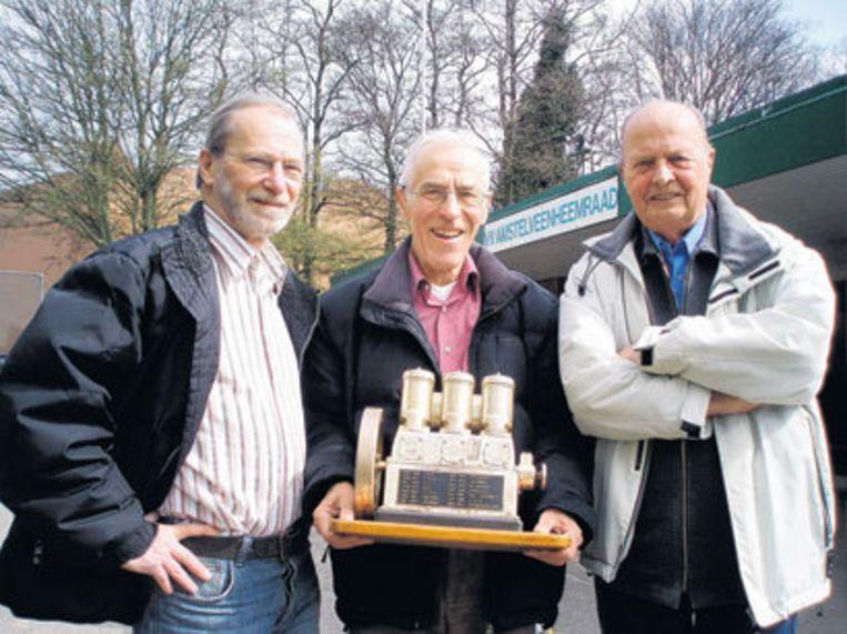 Henk Groenendijk, Ad Groenendijk en Gerrit van den Heuvel (vlnr) met de in 1960 gewonnen Kromhoutmotor. (Foto: Edwin Schoon) Beeld
