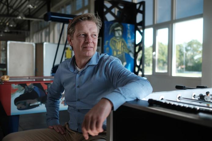 Dion Steenbergen in de 'Tijmencave' bij voetbalclub MvR. Een eerbetoon aan zijn overleden zoon Tijmen.