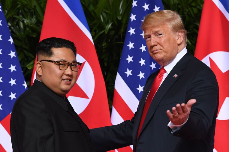 De Noord-Koreaanse leider Kim Jong-un (links) en de Amerikaanse president Donald Trump tijdens hun historische eerste ontmoeting op 12 juni 2018 in Singapore. Beeld AFP