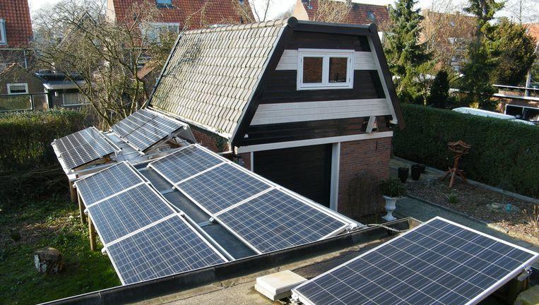 Een deel van de zonnepanelen waarmee Jan Treur in Heiloo zijn warmtepomp voedt. Beeld Vincent Dekker