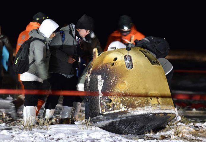 Des personnes travaillent sur le site d'atterrissage de la sonde chinoise Chang'e-5 après son atterrissage à Siziwang Banner, dans la région autonome de Mongolie intérieure, en Chine, le 17 décembre 2020. La capsule de retour de la sonde chinoise Chang'e-5 a atterri sur Terre aux premières heures du 17 décembre 2020, ramenant les premiers échantillons lunaires du pays.