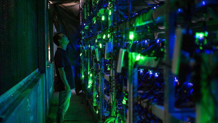 Op een mining site werken talloze computers aan het genereren van bitcoins. Beeld Paul Ratje / Getty