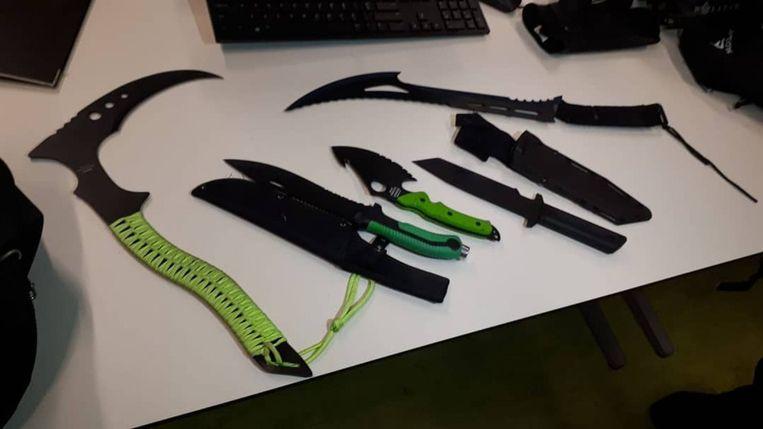 Gevonden messen bij jongeren in Buitenveldert. Beeld Politie