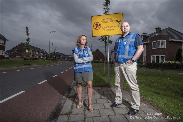 Burgerwacht in de wijk Veeneslagen op de foto Gerlinde Kwintenberg en Peter Sjabben