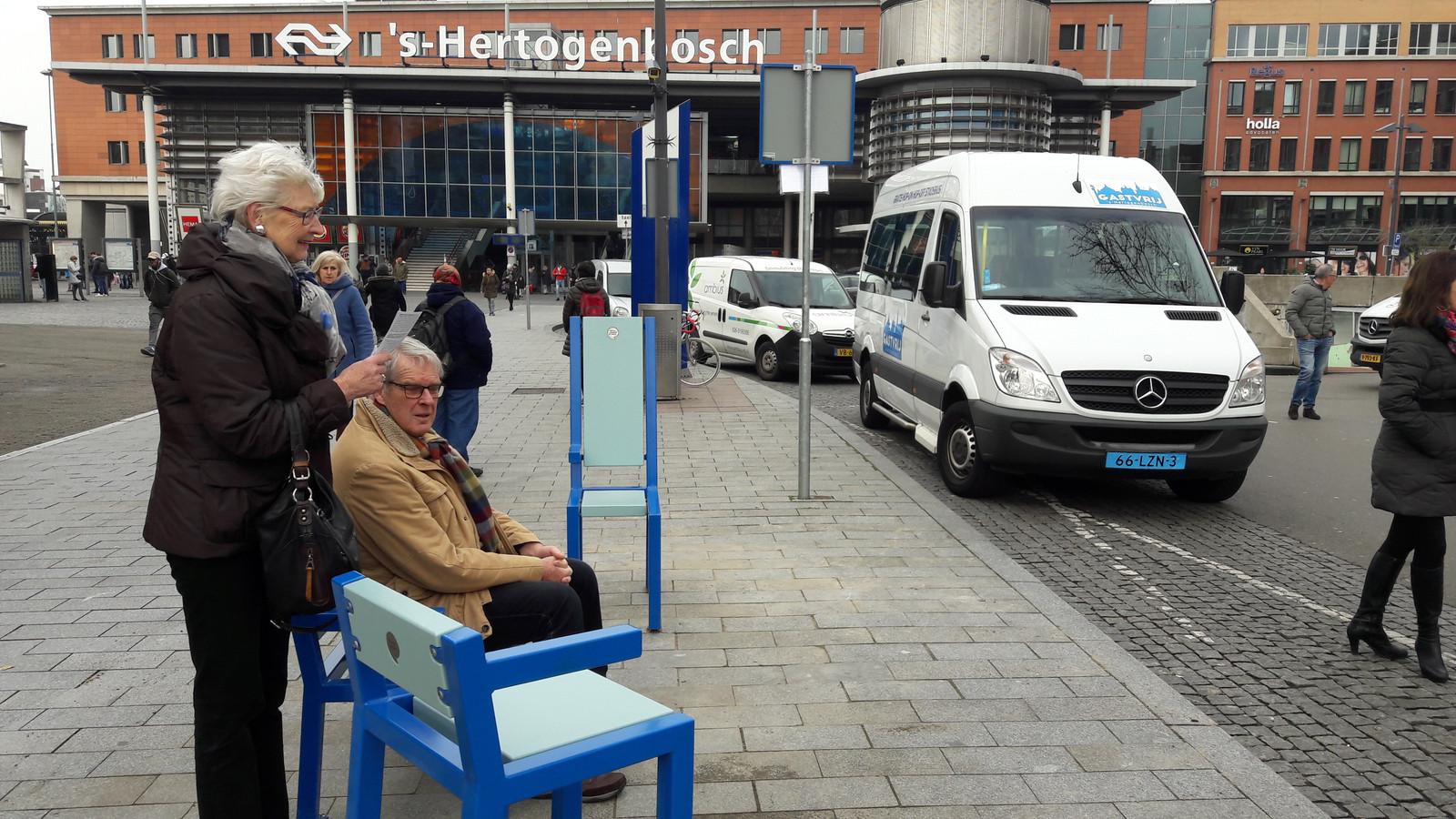 De blauwe bankjes langs de route van de gratis stadsbussen van de Blauwe Engelen