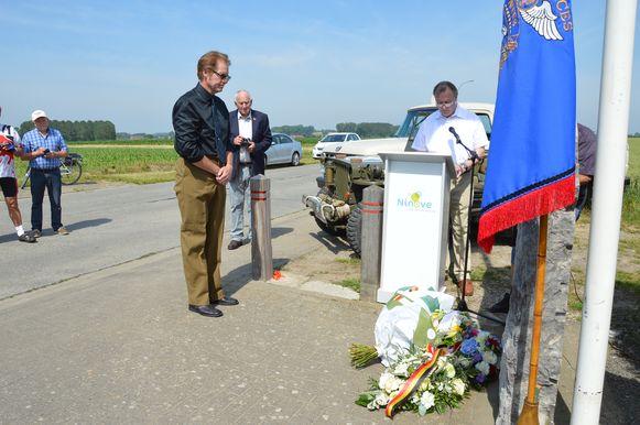 Rick Mangan, neef van de verongelukte piloot Danny Mangan, tijdens de herdenking van de 75ste verjaardag van de tragische WOII-vliegtuigcrash 'To Hell or Glory' aan het monument in Outer.
