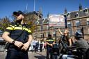 Een actievoerder demonstreert bij het Binnenhof tegen de coronawet.